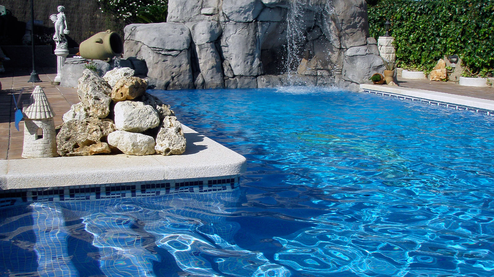 Piscinas con cascadas de piedra perfect piscinas con for Cascadas con piedras naturales