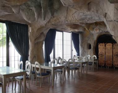 Decoración del restaurante Artesanos Juantxo en Cuevas de Aracena