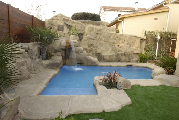 Piscina tem tica en montmelo rocas art for Piedra artificial para piscinas