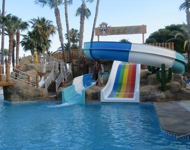 Piscina con toboganes en el Hotel Playadulce