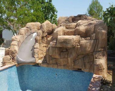 Piscina con salto de agua en Marganell