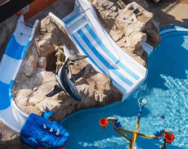 Decoración de piscina en el Hotel Rosamar Spa